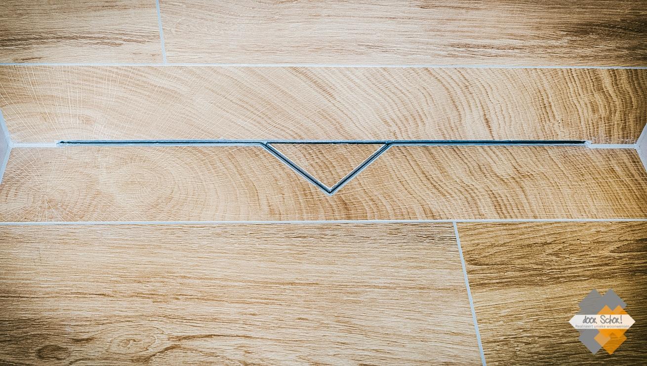 Eiken houtlook tegels met een fraai verwerkte rvs waterafvoer drain