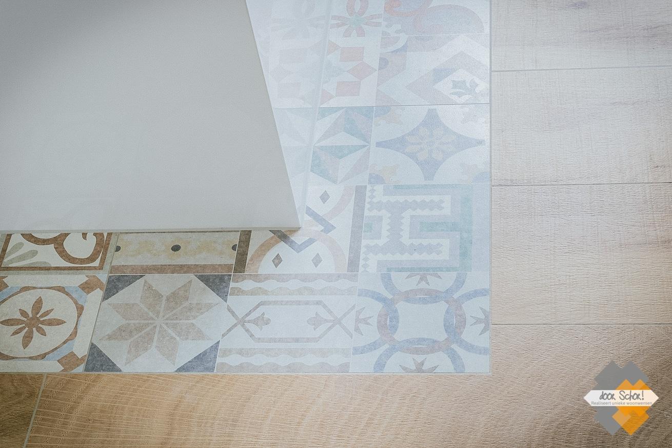 Details foto van de patroontegels gecombineerd met de hout look tegels.