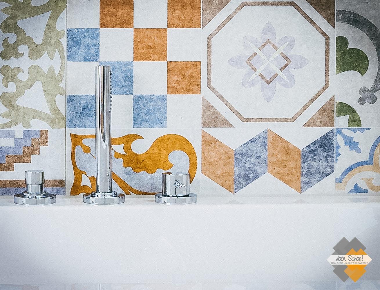 Patroontegels gecombineerd met strakke fraaie badknoppen en een bijpassende sproeier