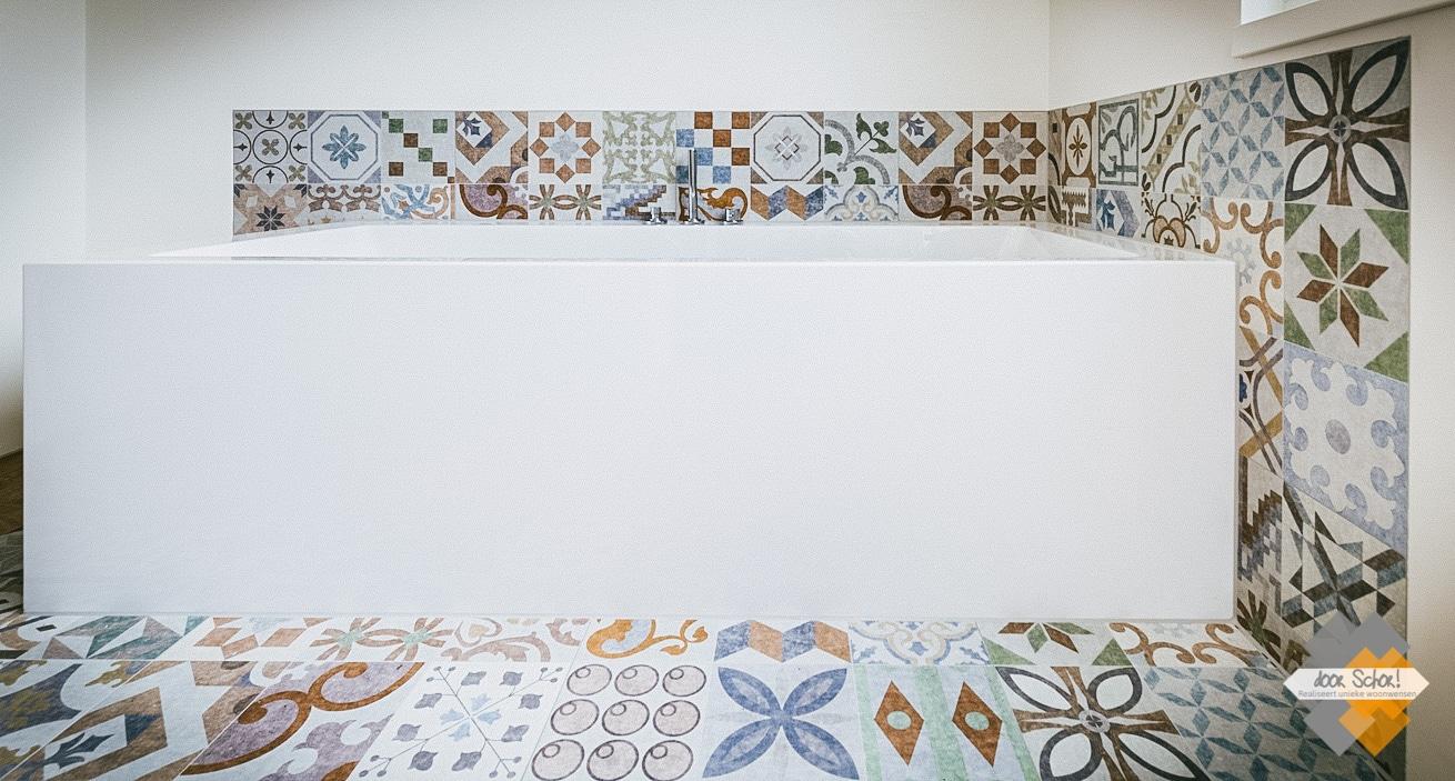 Modern ligbad gecombineerd met patroontegels met de kleuren blauw, oranje groen en bruin