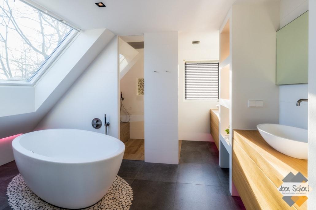 Renovatie in Ede waar wij in een badkamer ook een maatwerk badkamer meubel hebben geplaatst over de volledige breedte van de natte cel.
