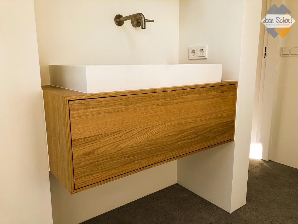 Kort eiken badkamermeubel op maat met één grote lade