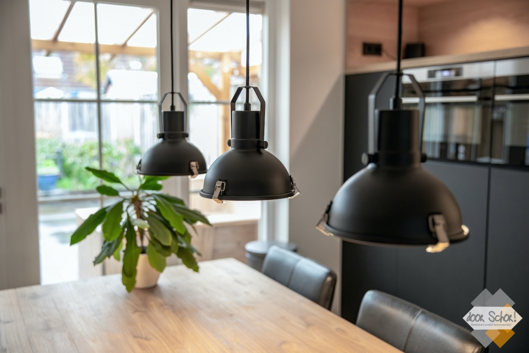 Bijpassende lampen bij de mat zwarte keuken op maat