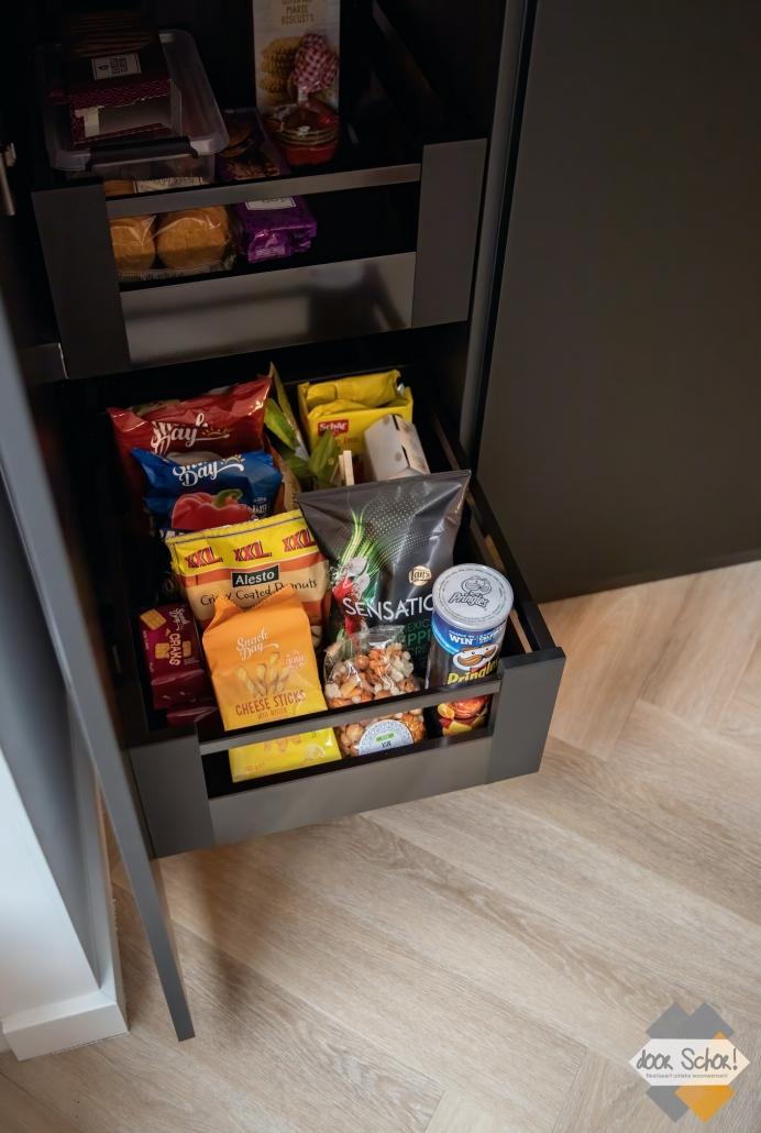 Functionele maatwerk keukenkast met daarin kleine functionele lades
