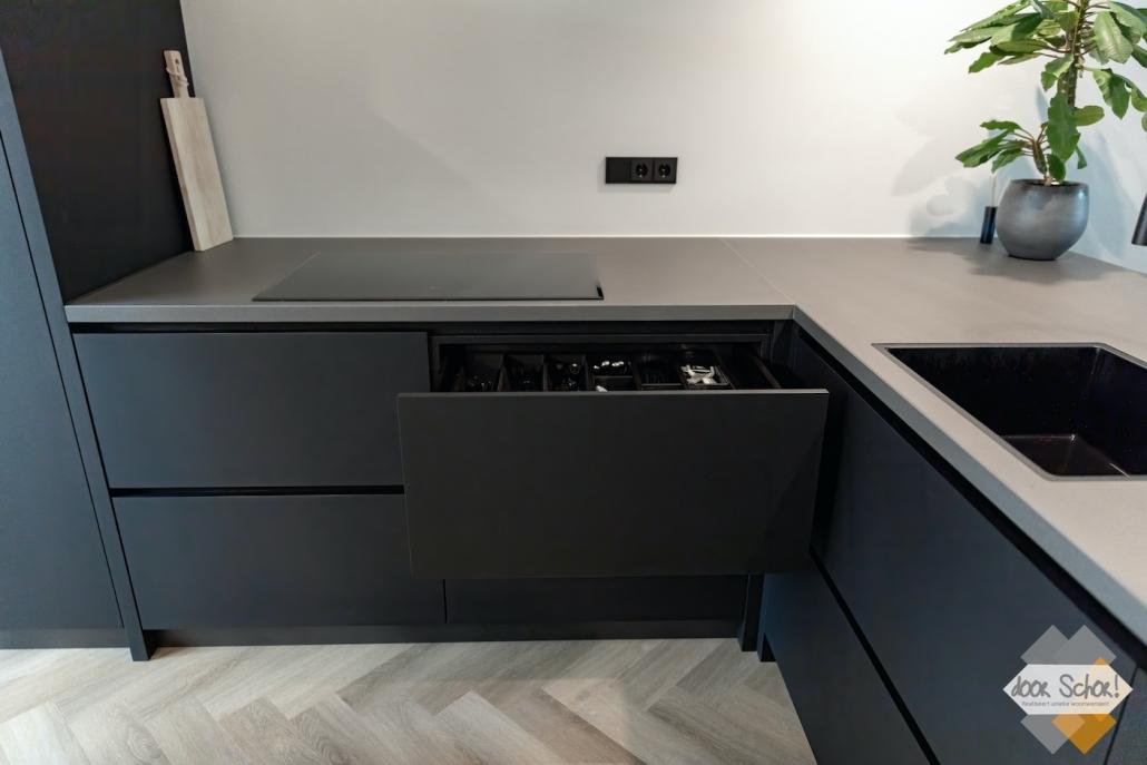 Maatwerk mat zwarte keuken met veel lades